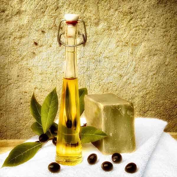 Olivenseife aus Aleppo mit Oliven vor einer goldenen Wand