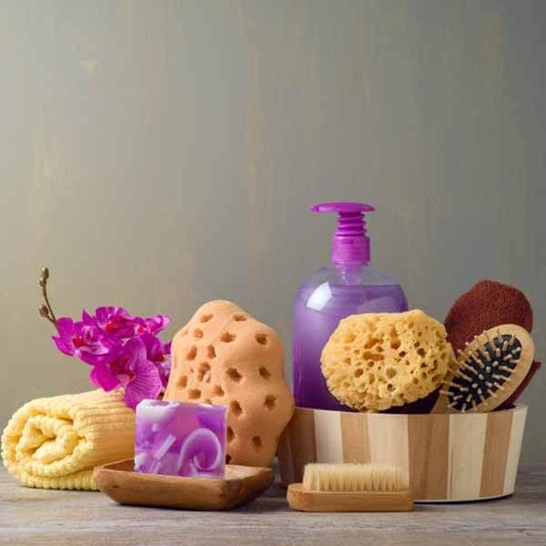 Kosmetikschwämmchen in einem Korb mit anderen Badezimmer Artikeln