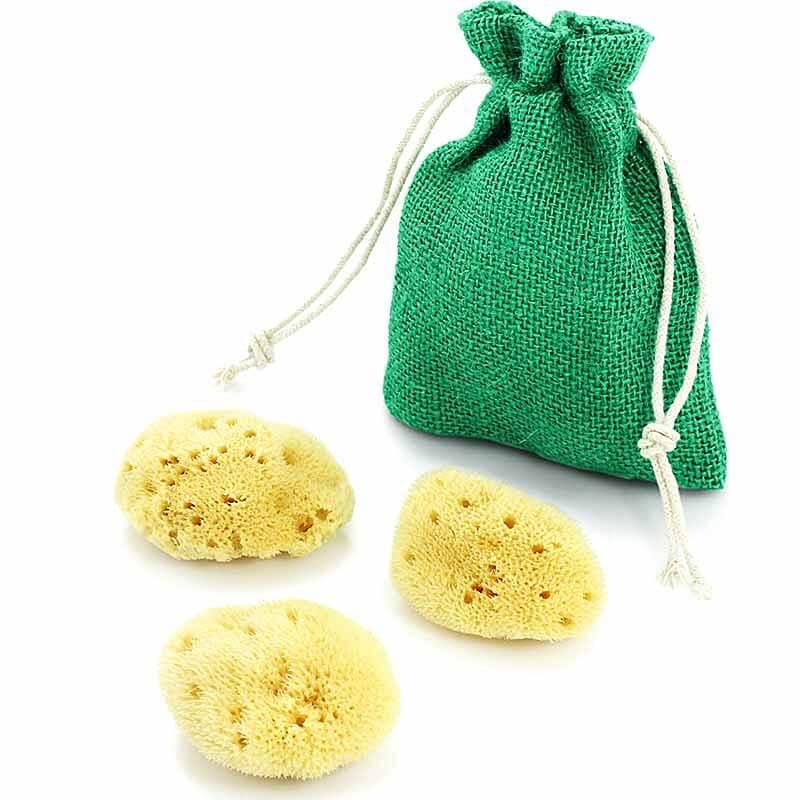 Gelbe Kosmetikschwämme mit einem grünen Jutebeutel