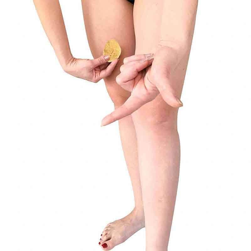 Frau illustriert die Entfernung von Menstruationsschwämmchen