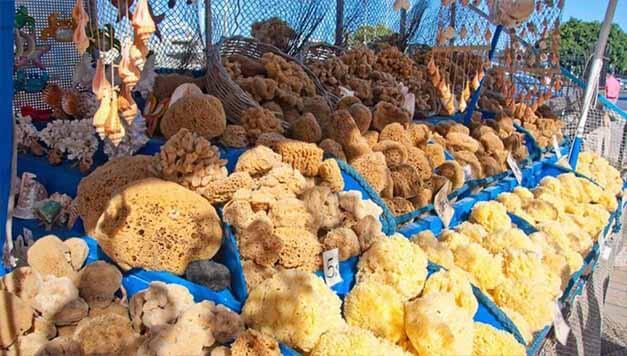Naturschwämme liegen zum Verkauf auf einem griechischen Markt