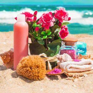 Naturschwamm liegt neben Rosen am Strand